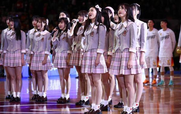 GNZ48女团献唱广东德比 满屏都是长腿