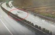 高速两车一起漂移撞护栏