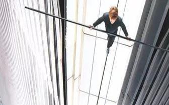 """梅州现""""空中行者"""" 跨百米楼距走钢丝挑战芹洋之巅"""