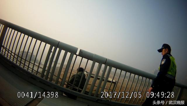 黄陂男子丢了工作想跳长江二桥轻生 交警紧抓男子裤腰带将其救起