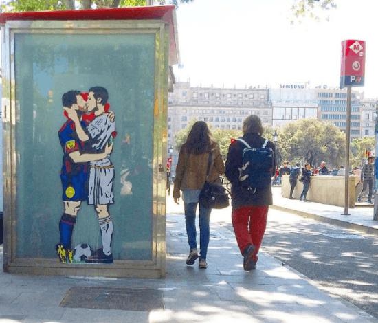 梅西吻C罗?巴塞罗那主街名艺术家展梅罗接吻涂鸦