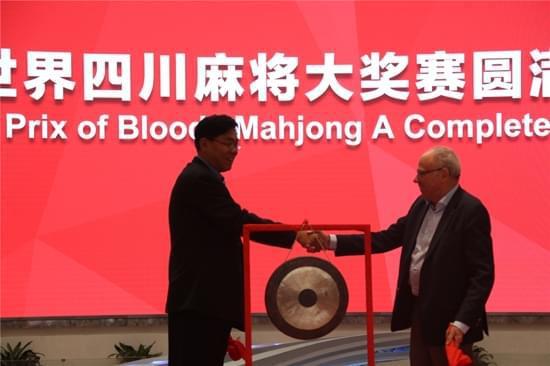 国际智力运动联盟荣誉主席Jose Damiani(右)中国竞技麻将创始人邢小泉(左)为比赛开锣