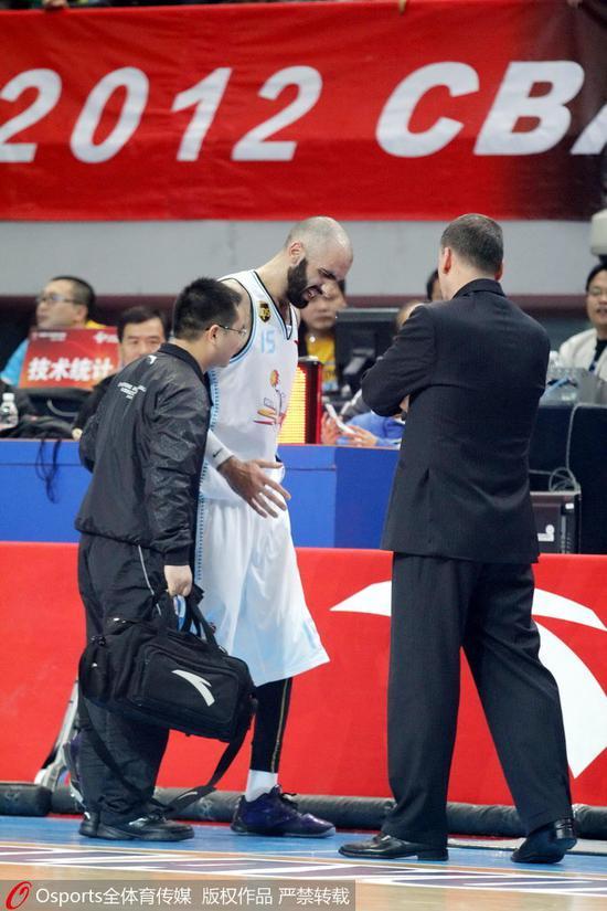 2011-2012赛季,黄启浪搀扶着受伤的阿巴斯下场
