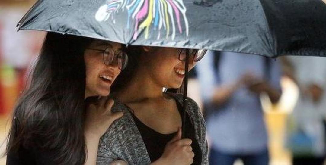 """街拍大雨中的深圳美女:打不湿的""""小确幸"""""""