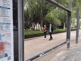 """运城市区库东路公交站亭 垃圾""""陪""""人来等车?"""