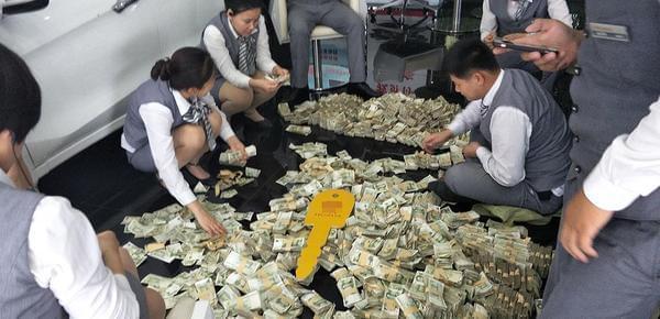 女子带4麻袋零钱买车 员工数钱数到手抽筋