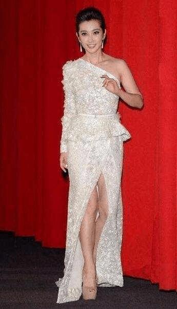 李冰冰一袭白裙又仙又美, 却被女翻译的傲人身材抢镜