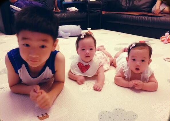好有爱的画面!杨阳洋放暑假在家陪妹妹玩耍