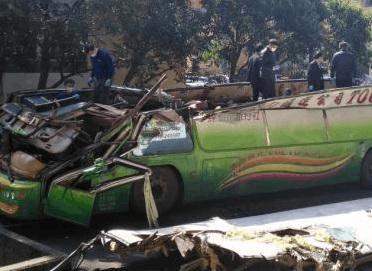 台湾游览车事故致33人遇难 2名官员记大过处分