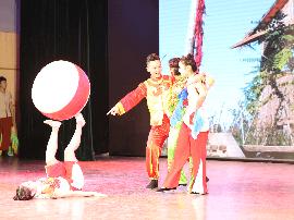 河北艺术职业学院把青年师生社会实践搬上舞