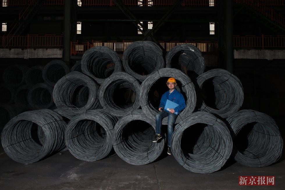 朱凌之,华西高铁工艺师,1989年出生于华西村,毕业于太原理工大学。2011年大学毕业至今,朱凌之一直在华西钢铁有限公司炼钢分厂工作。朱家三代人都是华西村办企业工人。