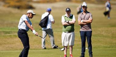 """""""无官一身轻"""" 奥巴马现身英国打高尔夫"""