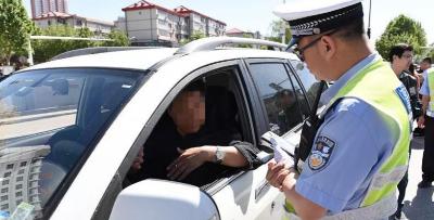 交警查处不按规定礼让行人的违法行为180例