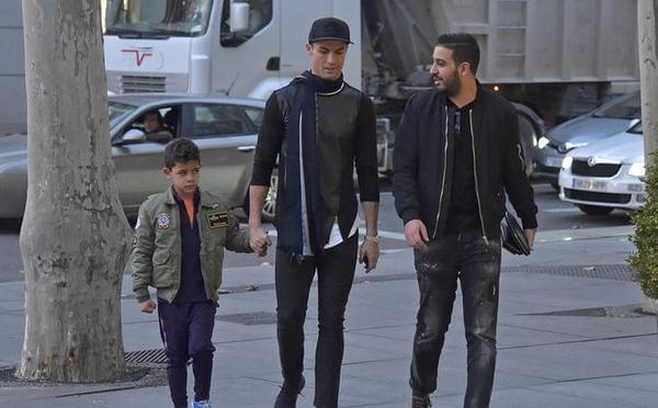 C罗带儿子上街 前往奢侈品店探导购女友?