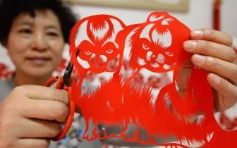 """邯郸剪纸艺人:巧手剪""""百犬""""欢乐迎新春"""