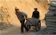 女子工地打工给儿女挣学费