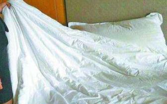 男子住酒店烧坏床单后被要求赔偿440元