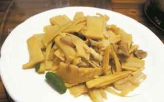 笋片吸足肉汁脆嫩爽口 原来新鲜就是春笋味道