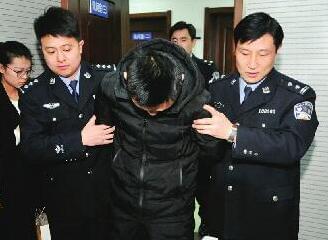 男子酒后泄私愤将4辆摩拜单车扔进河 已被拘留