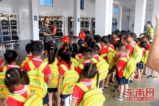 """龙文:暑期消防站让学生""""零距离""""接受消防教育"""