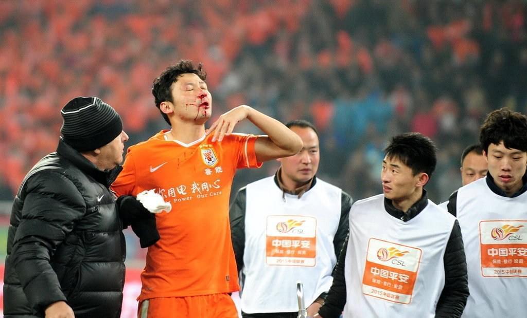 他是中国最拼的球员,国足靠他零封法国,亨利因他而发火