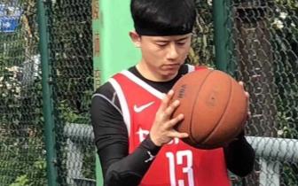 张杰打篮球被偶遇 一身红衣帅气满分亲和力十足