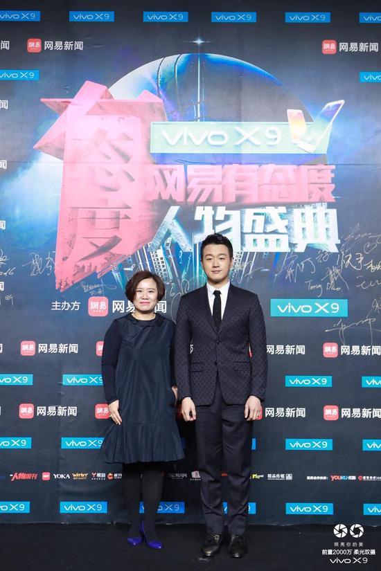 网易传媒ceo李黎女士携手佟大为亮相红毯。