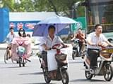 宁波不少电动车加装遮阳伞 交警:发现将处罚
