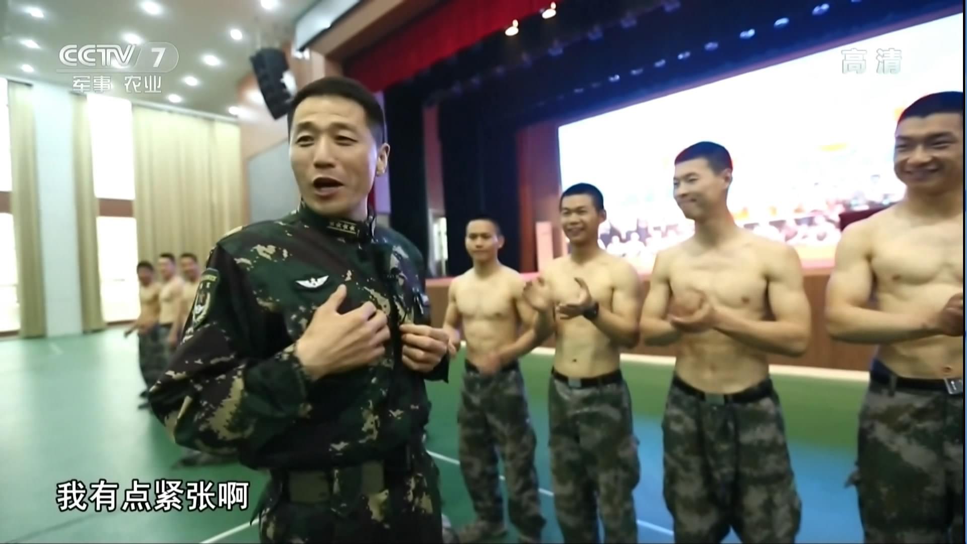 近50岁的特种兵政委脱下军服后 把新兵看呆