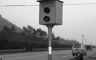荒唐司机担心超速被摄录 竟然藏起测速仪