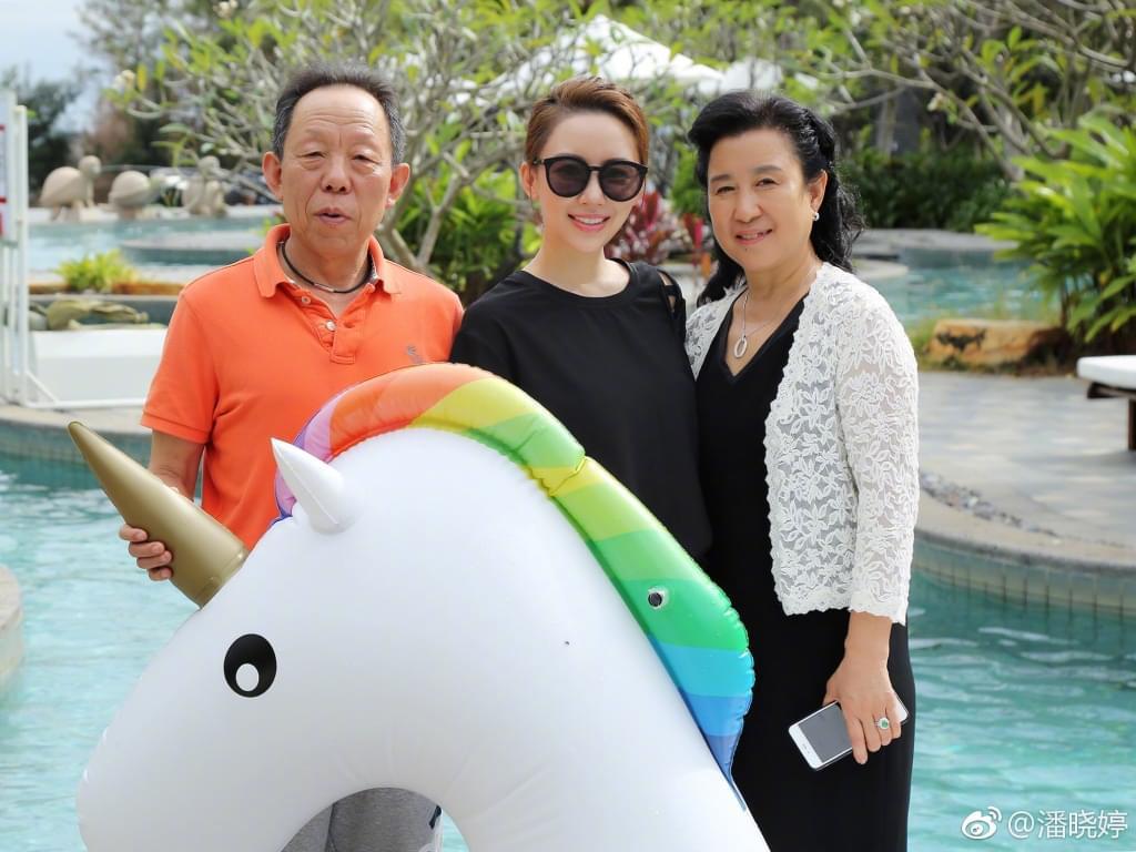 潘晓婷与父母在海南