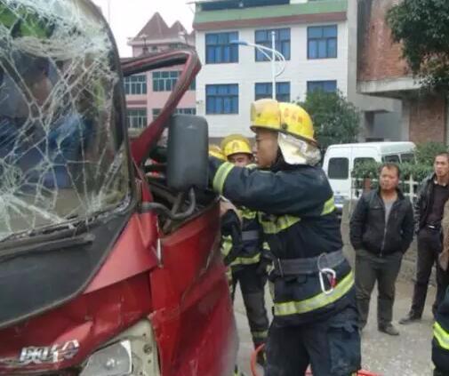 险!两车相撞致5人被困,消防官兵紧急破拆……