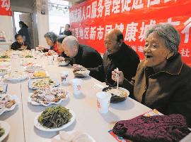 太原:30多位老人受社区邀 聚在一起喜迎重阳节