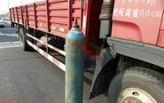 大货车装载氧气钢瓶掉落 伤及一名老太