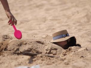 岛城独特日光浴 海滩上将身体埋进沙里