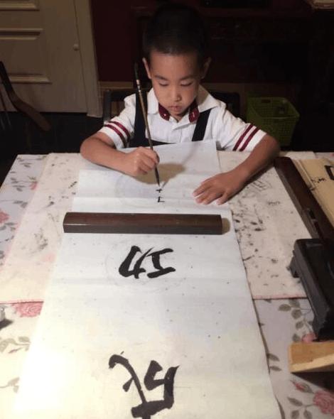 儿子练书法