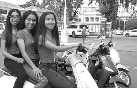 柬埔寨出现摩托女孩导游团