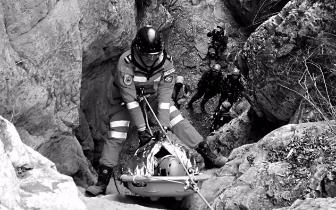 驴友悬崖边摔伤骨折 救援队员涉险7个半小时救出