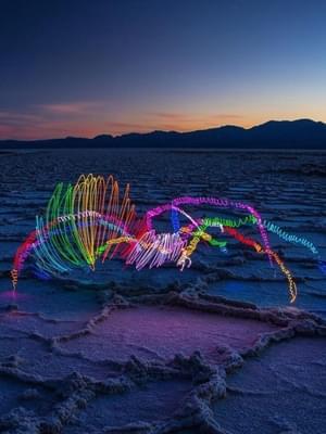 摄影师用光在空中涂鸦