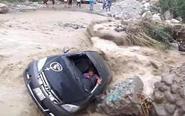 洪水中开车遇险侥幸逃生