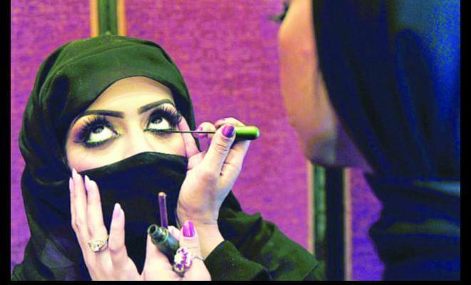 土豪国的女人全身只开一条缝,化妆3小时后上街,必须有男性陪同