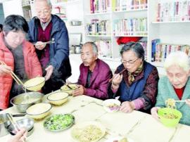 太原:社区重阳节敬老活动 20位老人共享长寿面
