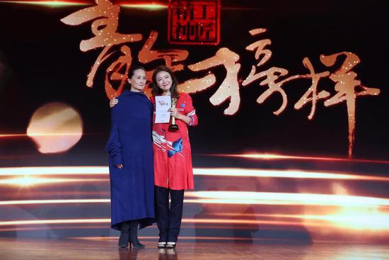 叶蓓荣获年度音乐人青年榜样奖 与老狼聚首温情发声忆往昔