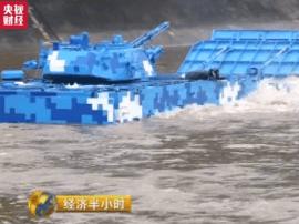 """中国造出""""地表最强""""两栖战车 多项性能居世界第一"""