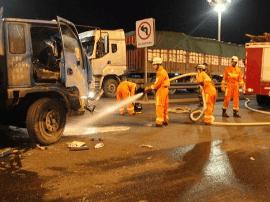 福建漳州两车相撞一人被困 消防成功救援