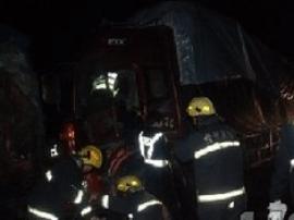 挂车半夜高速上爆胎侧翻 赤壁消防紧急出动救司机