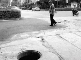 西园路一窨井盖缺失 坑摔一骑手幸好人没事