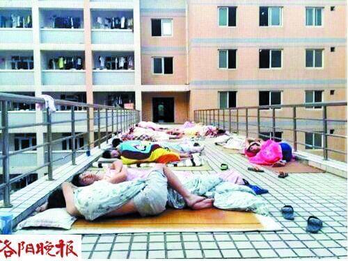 网传洛阳理工学院男大学生室外裸睡