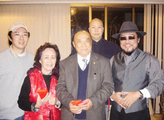 费玉清全家福曝光 老父亲已经96岁身体硬朗还能吟诗作对