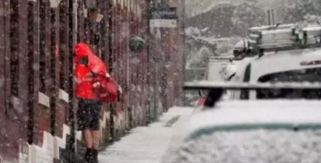 大雪导致英国5万人滞留机场,学校停课